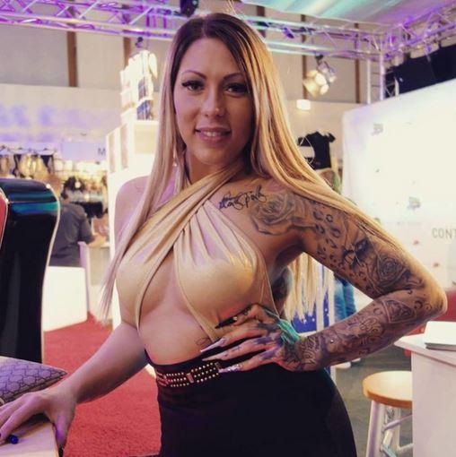Nägel von meiner Süßen @maniacstylz kommen auf diesem Bild von der @venus_berlin_ super zur Geltung findet ihr nicht auch? #miablowhh #miachristin #Venus2017 #Germangirl #inkedgirls #tattoogirl #pornactress #pornstars
