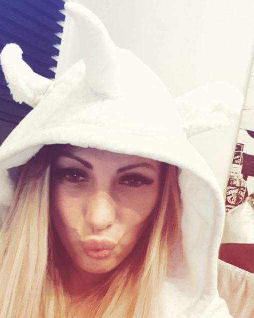 Ich wünsche euch ein spritziges Wochenende - steht mir das? ;) #miablowhh #miachristin #pornactress #PicOfTheDay #unicorn #blondhair #lieberverrücktalseinervoneuch #girlsjustwannahavefun #Germangirl #lovethatshit #LoveMyLife #followme