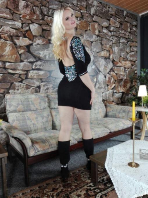 Wünsche Euch allen einen wundervollen Donnerstag. Was sagt Ihr zu meinem Kleid? #cutesmile #beautifulday #blondehair #miabitch #cam #cammodel #camgirl #fandreh #followme